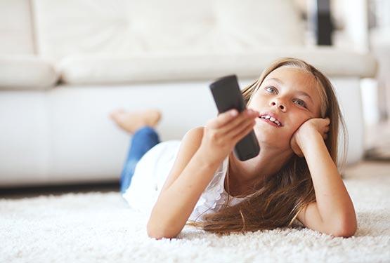 Meisje kijkt TV